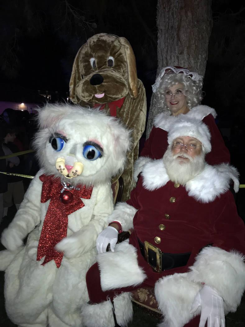 (Hali Bernstein Saylor/Boulder City Review) Santa y la Sra. Claus se unieron a Jingle Cat y su nuevo amigo, Hoover the Dam Dog, quien fue rescatado del Refugio de Animales de Boulder City, para la ...