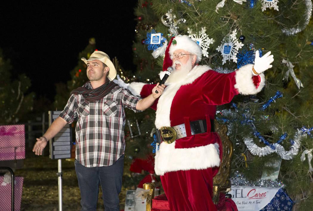 El Maestro de Ceremonias Walt Turner y Santa Claus, se preparan para encender el árbol de Navidad durante el Cowboy Christmas en Floyd Lamb Park en Tule Springs en Las Vegas el sábado 1 de dicie ...