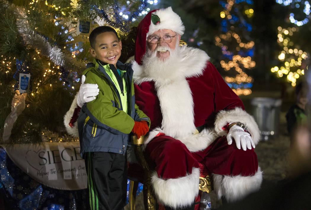 El residente de North Las Vegas Jaiden Brown, de 5 años, posa con Papá Noel durante la Navidad vaquera en Floyd Lamb Park en Tule Springs en Las Vegas el sábado 1 de diciembre de 2018. Richard ...