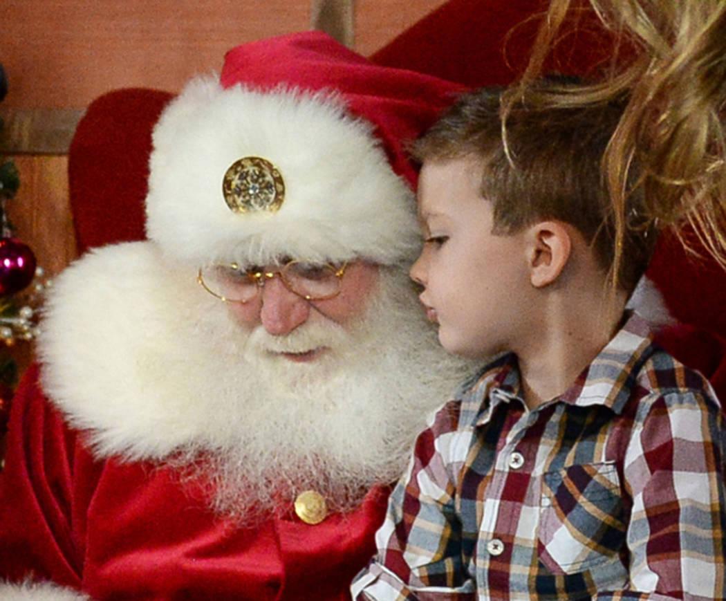 Maverick Willis, de 5 años, de Henderson, se sienta en el regazo de Santa Claus en el distrito de Green Valley Ranch en Henderson, el sábado 24 de noviembre de 2018. Caroline Brehman / Las Vegas ...
