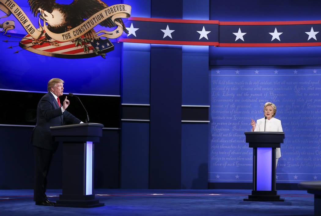 El candidato presidencial republicano Donald Trump, a la izquierda, y la candidata presidencial demócrata Hillary Clinton hablaron durante el tercer debate presidencial en el Thomas & Mack Center ...