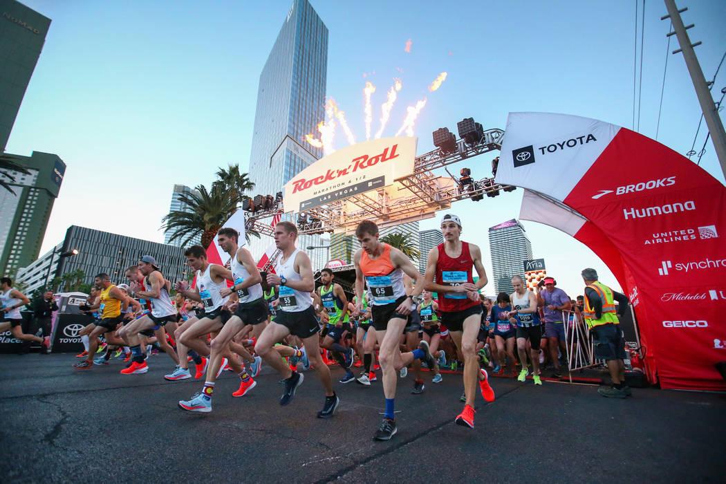 Los corredores despegan de la línea de salida durante el Maratón de Rock 'n' Roll de 2018 en el Strip en Las Vegas, el domingo, noviembre. 11, 2018. Caroline Brehman / Las Vegas Review-Journal