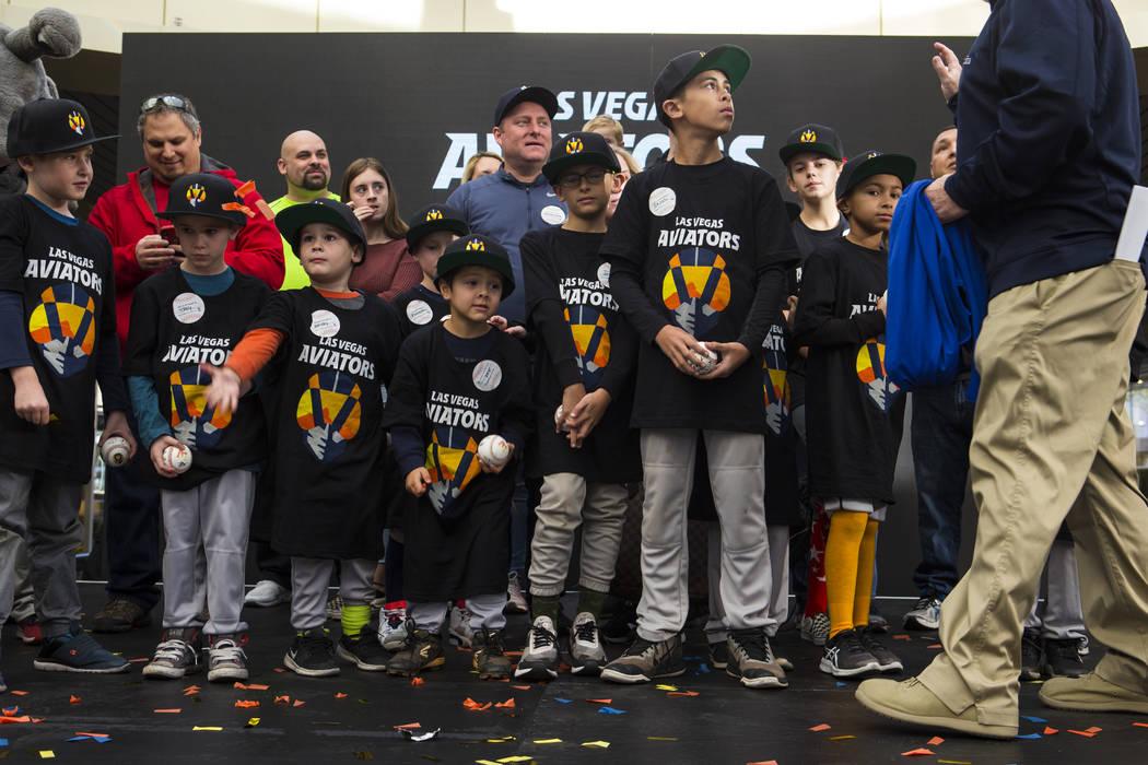 Los jugadores juveniles de béisbol usan vestimenta con el nuevo logotipo y el nombre del equipo de béisbol Triple-A de Las Vegas, Los Aviators, luego de su presentación en Downtown Summerlin en ...