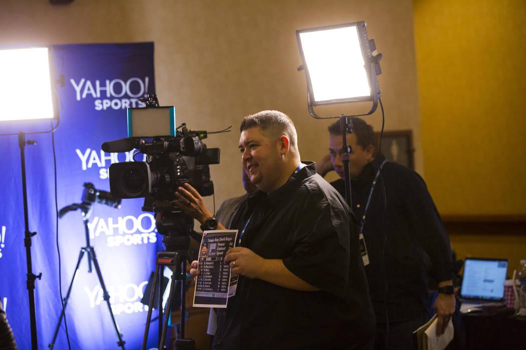 Mike Oz de Yahoo! Sports se prepara para una entrevista durante las reuniones de invierno de la Major League Baseball en Mandalay Bay en Las Vegas el lunes 10 de diciembre de 2018. Chase Stevens L ...