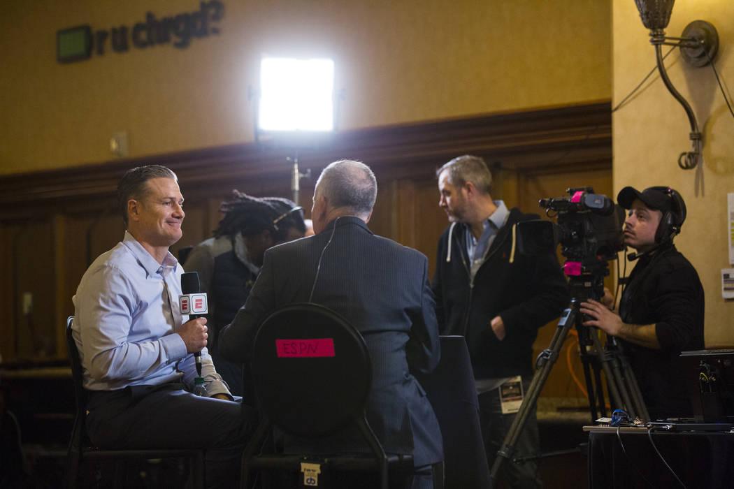 El gerente de los Cincinnati Reds, David Bell, a la izquierda, es entrevistado durante las reuniones de invierno de la Major League Baseball en Mandalay Bay en Las Vegas el lunes 10 de diciembre d ...