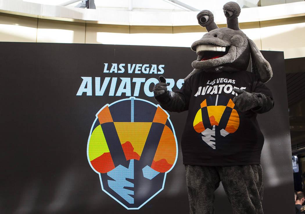 Cosmo viste una camiseta con el nuevo logo y nombre del equipo de béisbol Triple-A de Las Vegas, Los Aviators, después de su presentación en Downtown Summerlin en Las Vegas el sábado 8 de dici ...