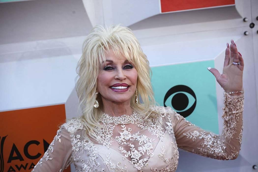 Dolly Parton camina por la alfombra roja en la 51ª Entrega de la Academia de Premios de Música Country el domingo 3 de abril de 2016, en el MGM Grand de Las Vegas. (Rachel Aston / Las Vegas Revi ...