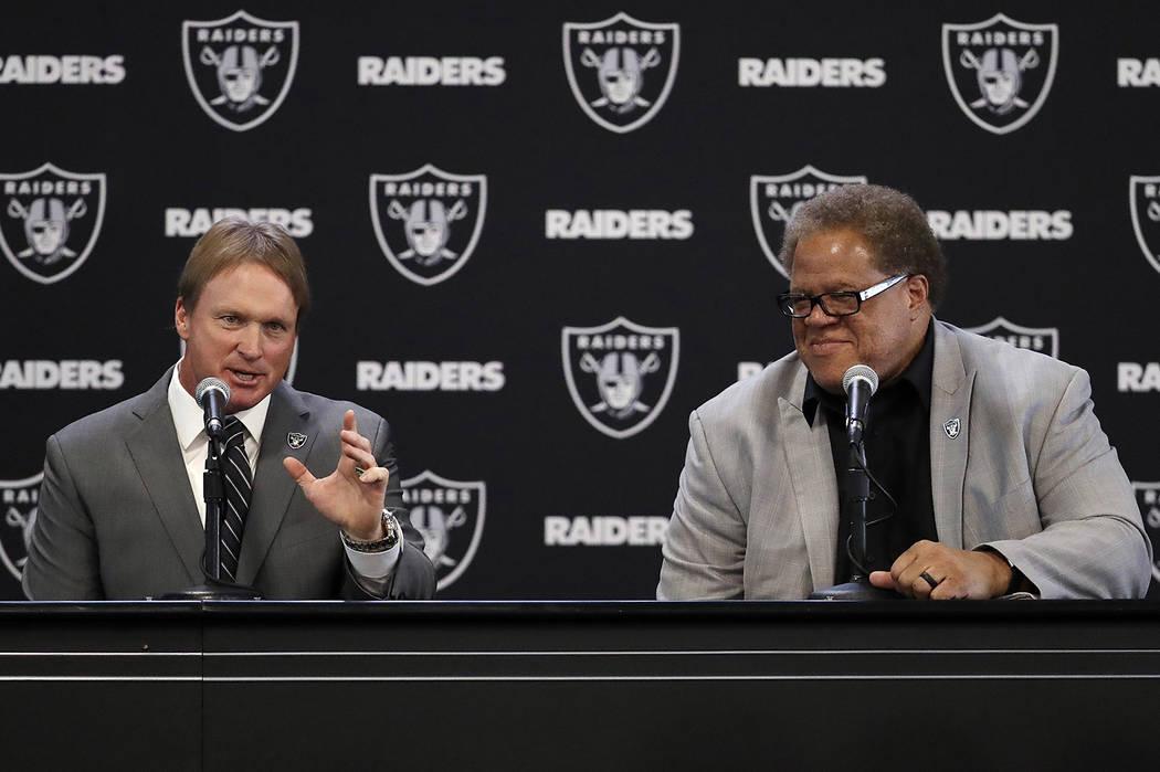 El nuevo entrenador en jefe de los Raiders de Oakland, Jon Gruden, a la izquierda, responde una pregunta junto al gerente general Reggie McKenzie durante una conferencia de prensa de fútbol de la ...