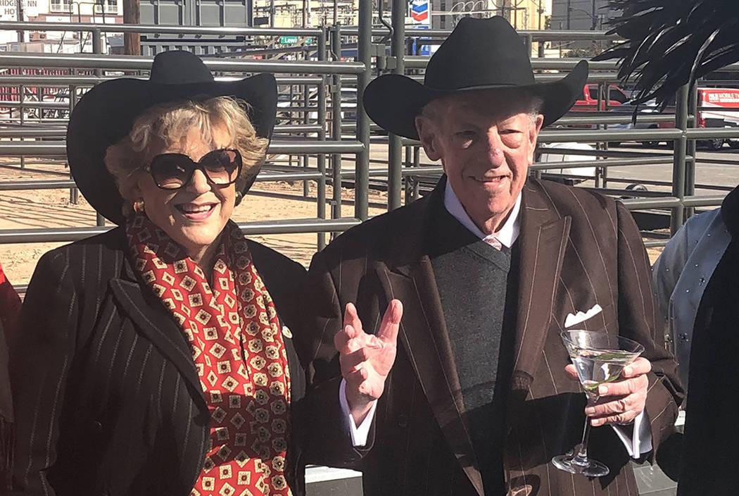 La alcaldesa de Las Vegas, Carolyn Goodman, y el ex alcalde, Óscar Goodman, asisten al corte de listón para Core Arena en la Plaza de Toros el martes 4 de diciembre de 2018. (John Katsilometes / ...