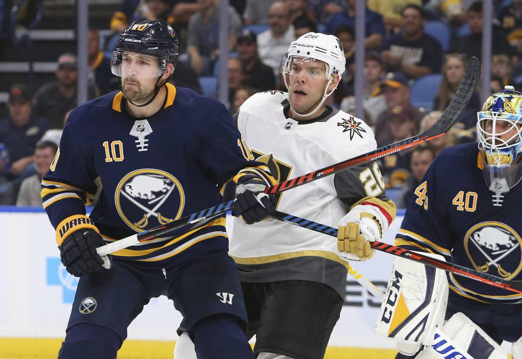 El alero Patrik Berglund (10) de los Buffalo Sabres y el alero Paul Stastny (26) de Las Vegas Golden Knights luchan frente a la red durante el segundo período de un juego de hockey de la NHL, el ...