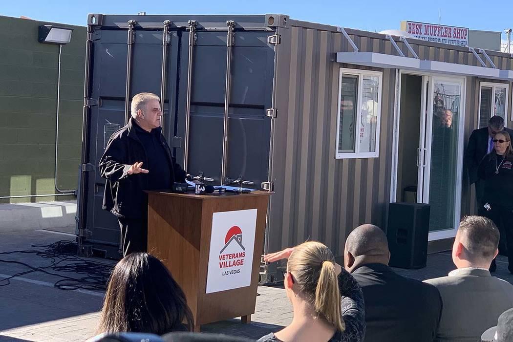 Arnold Stalk, de Veterans Village, habla en la inauguración de un nuevo modelo de casa pequeña el martes 11 de diciembre de 2018, en Veterans Village II, 50 N. 21st Street en Las Vegas. La organ ...