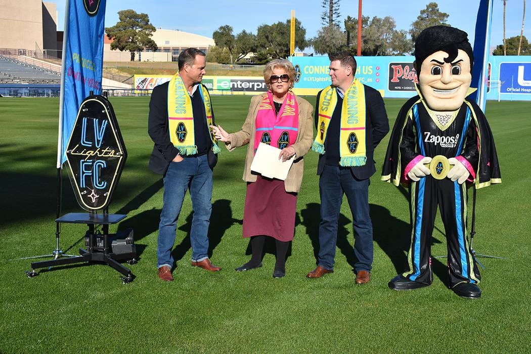 La acaldesa de Las Vegas, Carolyn Goodman, acompañó los representantes de Las Vegas Lights F.C., Brett Lashbrook, Eric Wynalda y 'Cash', en el anuncio de los partidos de pretemporada que ten ...