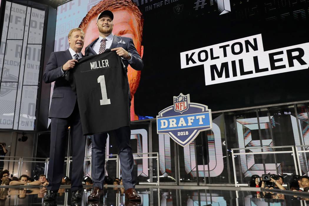 El comisionado Roger Goodell, a la izquierda, presenta a Kolton Miller de la UCLA con su jersey de los Oakland Raiders durante la primer ronda del draft de fútbol americano de la NFL, el jueves 2 ...