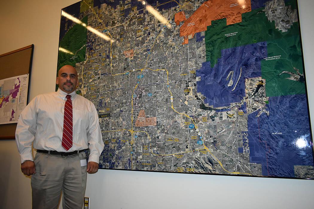 El gerente del Servicio de Estacionamiento de Vehículos de North Las Vegas, Serafín Calvo, habló de los beneficios que tendría la nueva medida para evitar que haya vehículos abandonados sobre ...