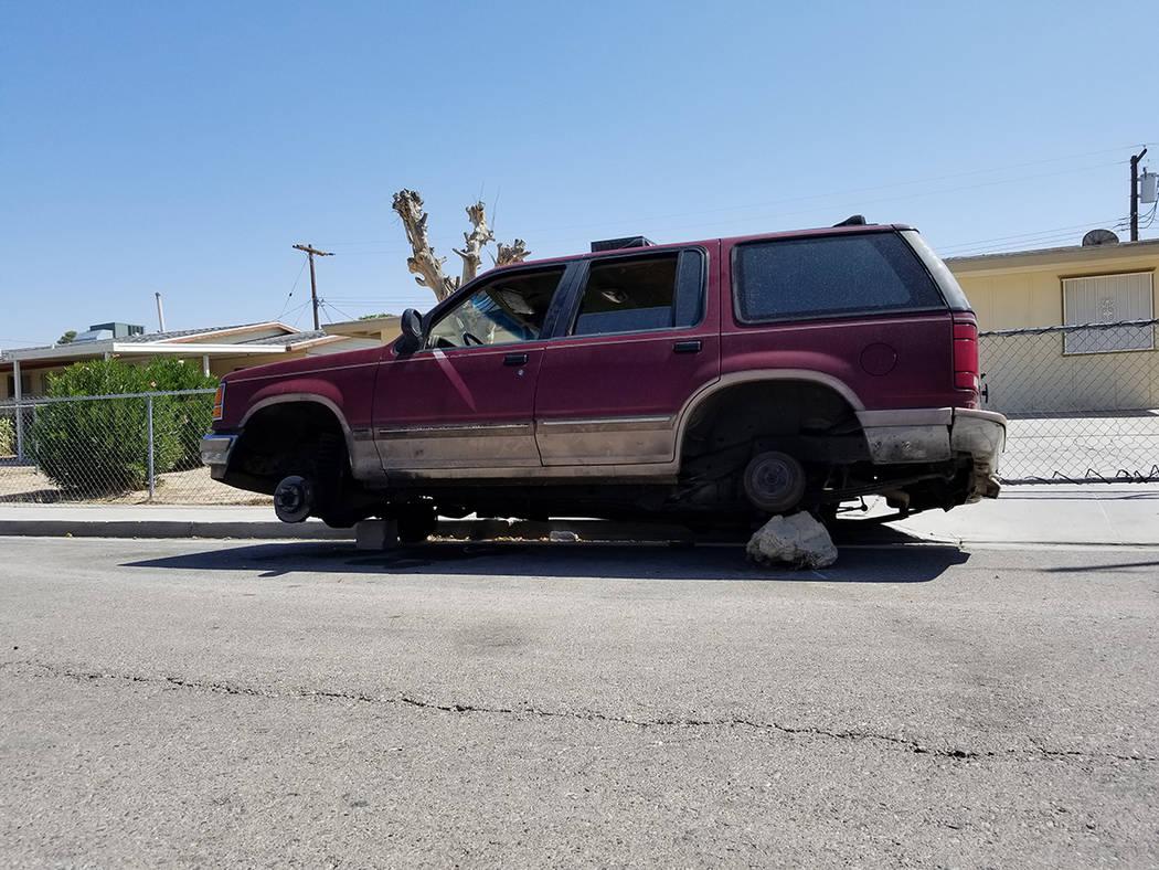 El Servicio de Estacionamiento de Vehículos de North Las Vegas mostró a El Tiempo la problemática que causan los vehículos abandonados sobre las calles. Foto Cortesía.