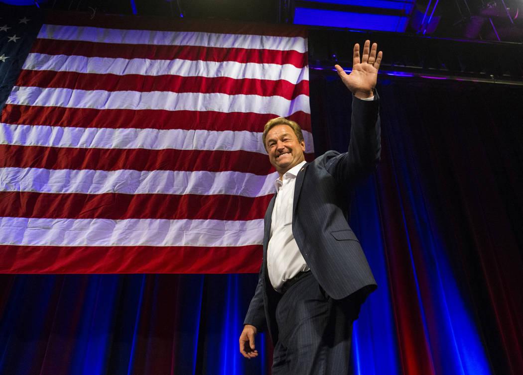 El senador estadounidense Dean Heller, R-Nev., reconoce a sus partidarios después de haber concedido a la Representante de los EE.UU., Jacky Rosen, D-Nev., durante la fiesta de vigilancia nocturn ...