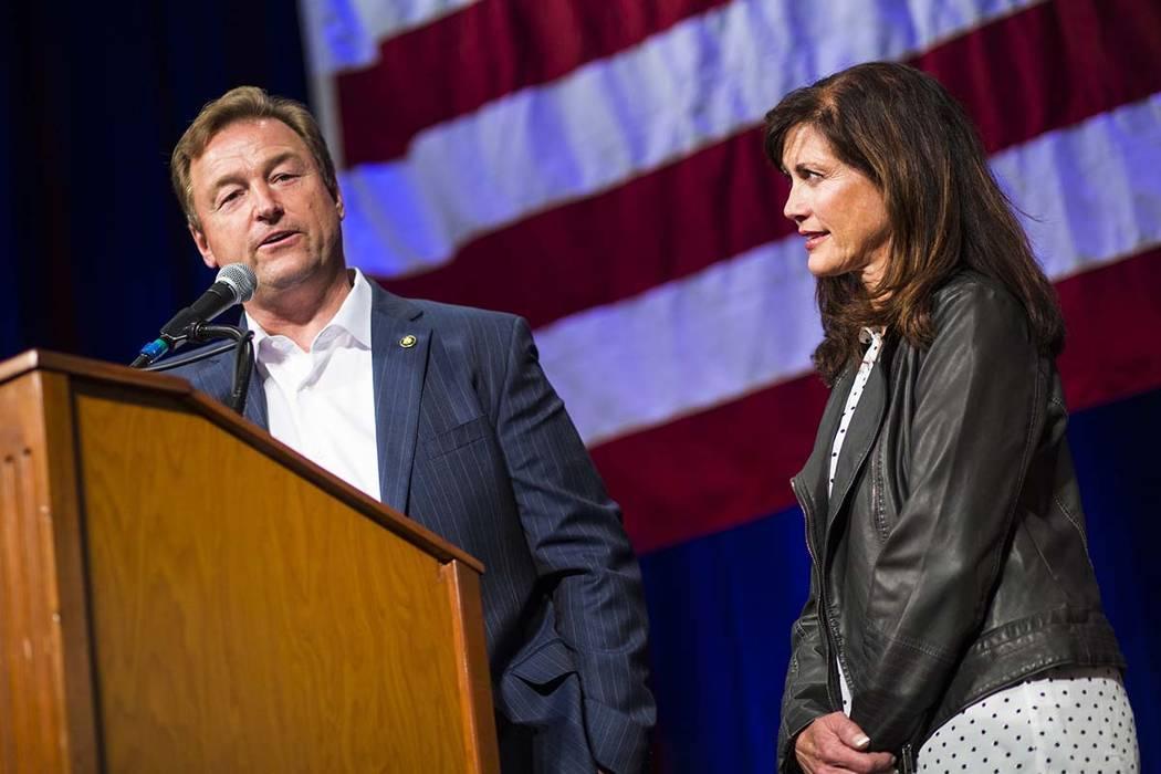 El senador estadounidense Dean Heller, R-Nev., habla junto a su esposa, Lynne, después de ceder ante la representante Jacky Rosen, D-Nev., durante la fiesta de vigilancia nocturna del Partido Rep ...