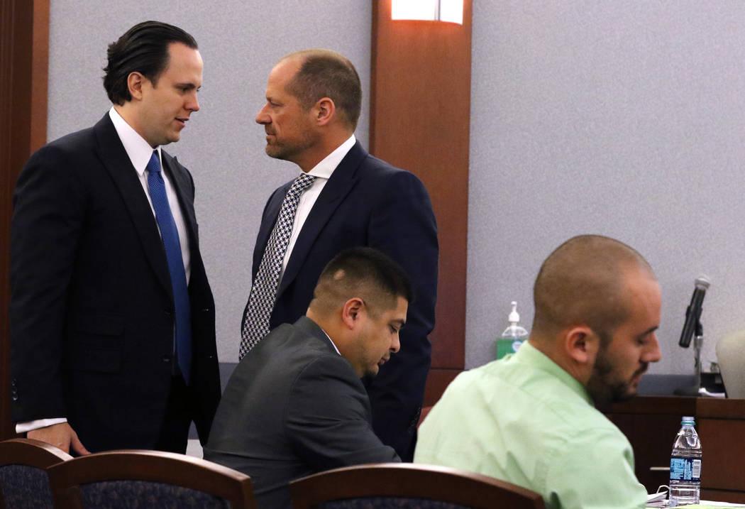 Los abogados defensores Kyle Cottner, izquierda, y Ross Goodman, representando a los ex oficiales del Departamento de Correccionales de Nevada, Paul Valdez, centro, y José Navarrete, en el tribun ...