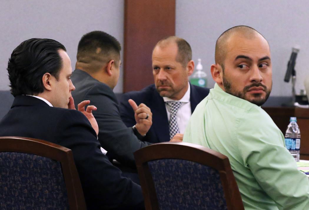 El ex oficial del Departamento de Correccionales de Nevada, José Navarrete, a la derecha, sentado junto a su abogado, Kyle Cottner, mira por encima del hombro durante las declaraciones iniciales ...