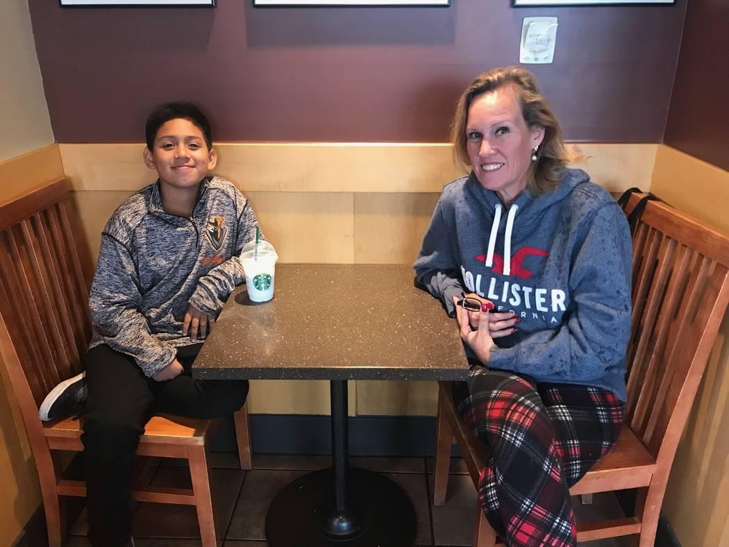Jayden Zelaya-Ramos, de 10 años, se sienta con su abuela y su tutor legal el 1 de mayo de 2018. Jayden acababa de describir cómo su maestro Jason Wright de quinto grado, el marido de la presiden ...