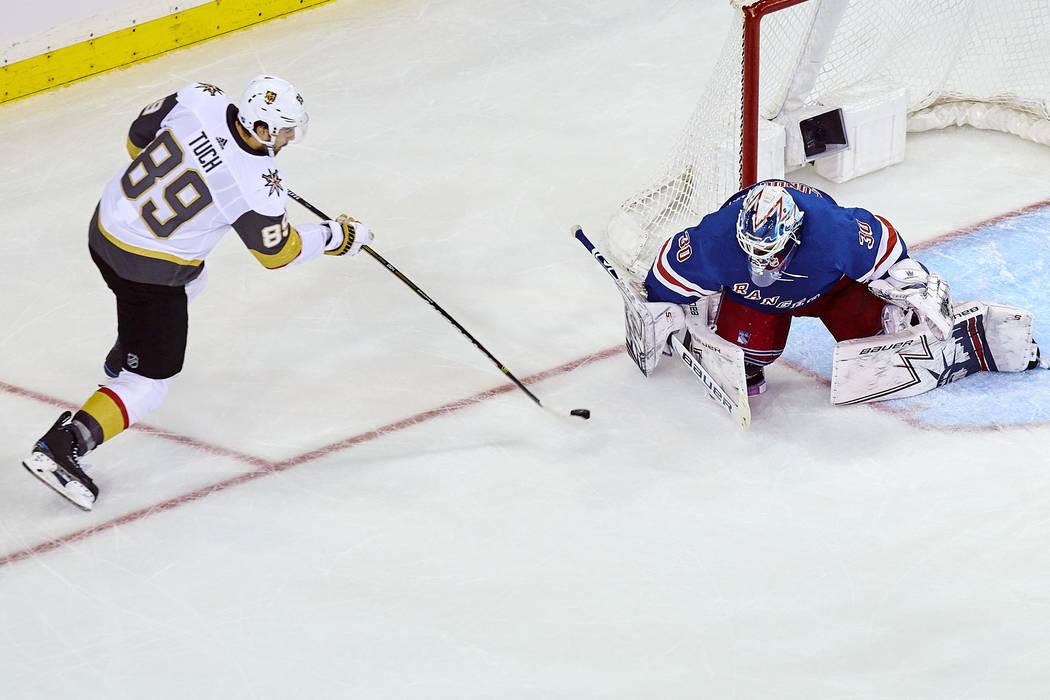 Alex Tuch (89) de los Vegas Golden Knights anotó un gol durante el transcurso de un partido de hockey de la NHL contra los New York Rangers, el domingo 16 de diciembre de 2018, en Nueva York. (Fo ...