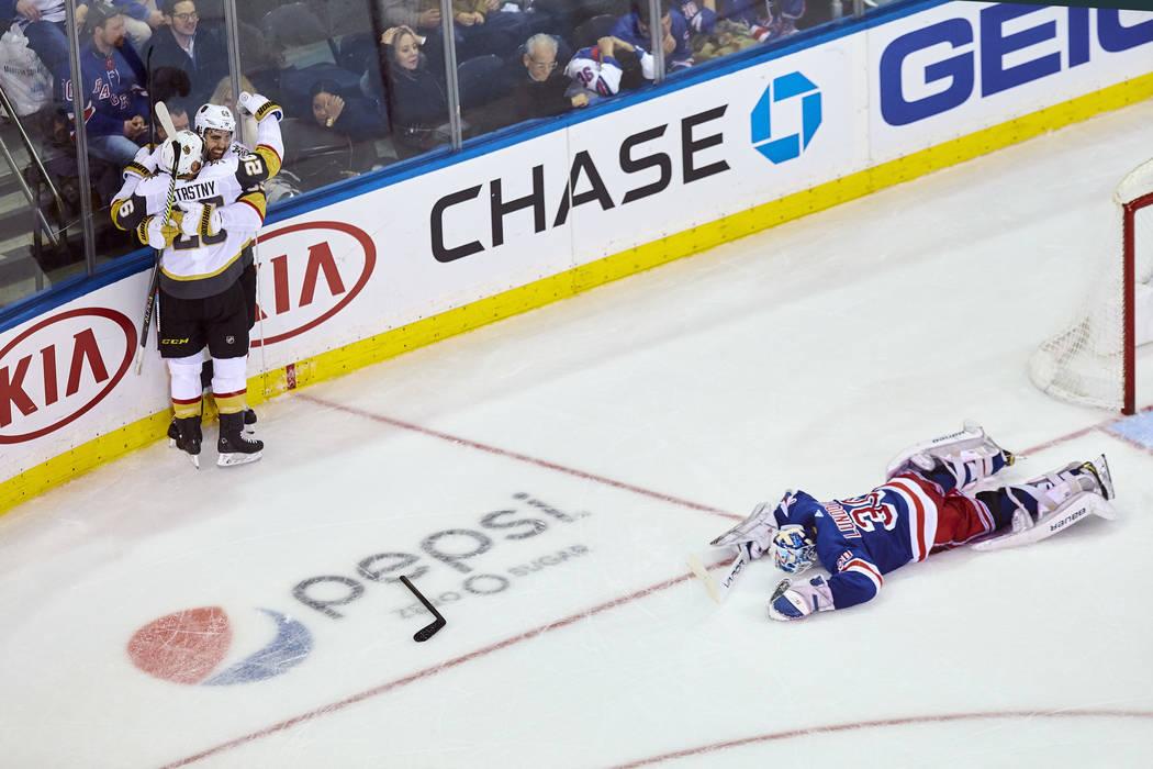 Alex Tuch (89) de los Vegas Golden Knights, celebra su gol con Paul Stastny, a la izquierda, durante el tiempo extra de un juego de hockey de la NHL contra los Rangers de Nueva York, el domingo 16 ...