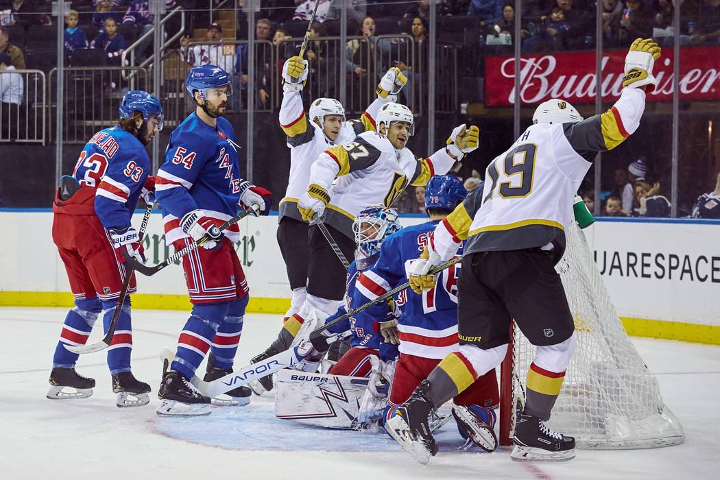Reilly Smith, de los Golden Knights de Vegas, a la derecha, celebra después de marcar un gol durante el primer período de un juego de hockey de la NHL contra los New York Rangers, el domingo 16 ...