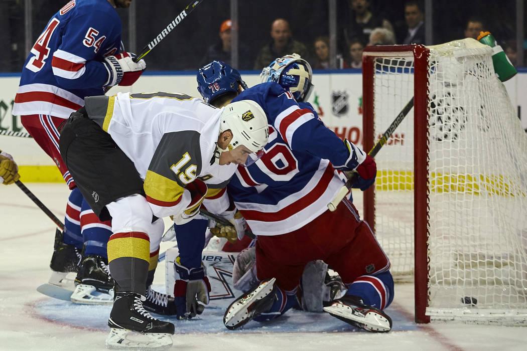 Reilly Smith (19) de los Golden Knights de Vegas marca un gol durante el primer período de un juego de hockey de la NHL contra los New York Rangers, el domingo 16 de diciembre de 2018, en Nueva Y ...