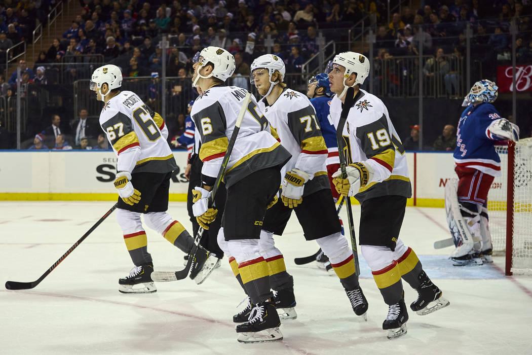 Reilly Smith, de los Golden Knights de Vegas, (19) celebra después de marcar un gol durante el primer período de un juego de hockey de la NHL contra los New York Rangers, el domingo 16 de diciem ...
