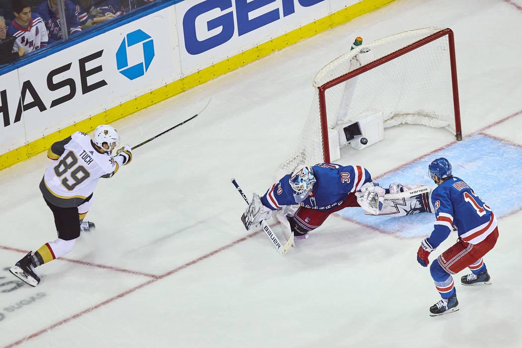 Alex Tuch, de los Golden Knights de Vegas (89), anotó su gol durante el transcurso del tiempo de un juego de hockey de la NHL contra los New York Rangers el domingo, 16 de diciembre de 2018, en N ...