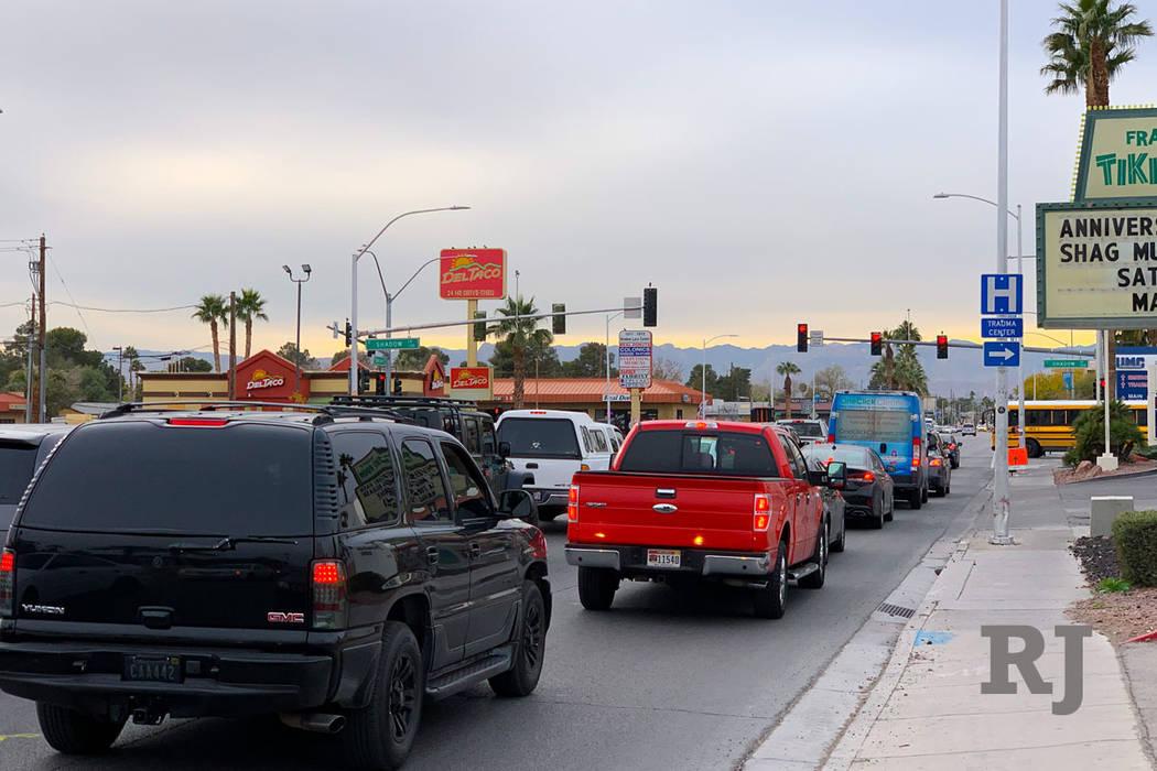 El tráfico retrocede en un semáforo en rojo en la intersección de Charleston Boulevard y Shadow Lane el viernes 14 de diciembre de 2018. (Mick Akers / Las Vegas Review Journal).