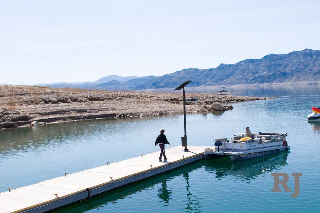 El muelle en la rampa de lanzamiento de botes de South Cove, cerca del extremo este del Área de Recreación Nacional del Lago Mead, como se veía en septiembre de 2007, cuando el nivel del lago e ...