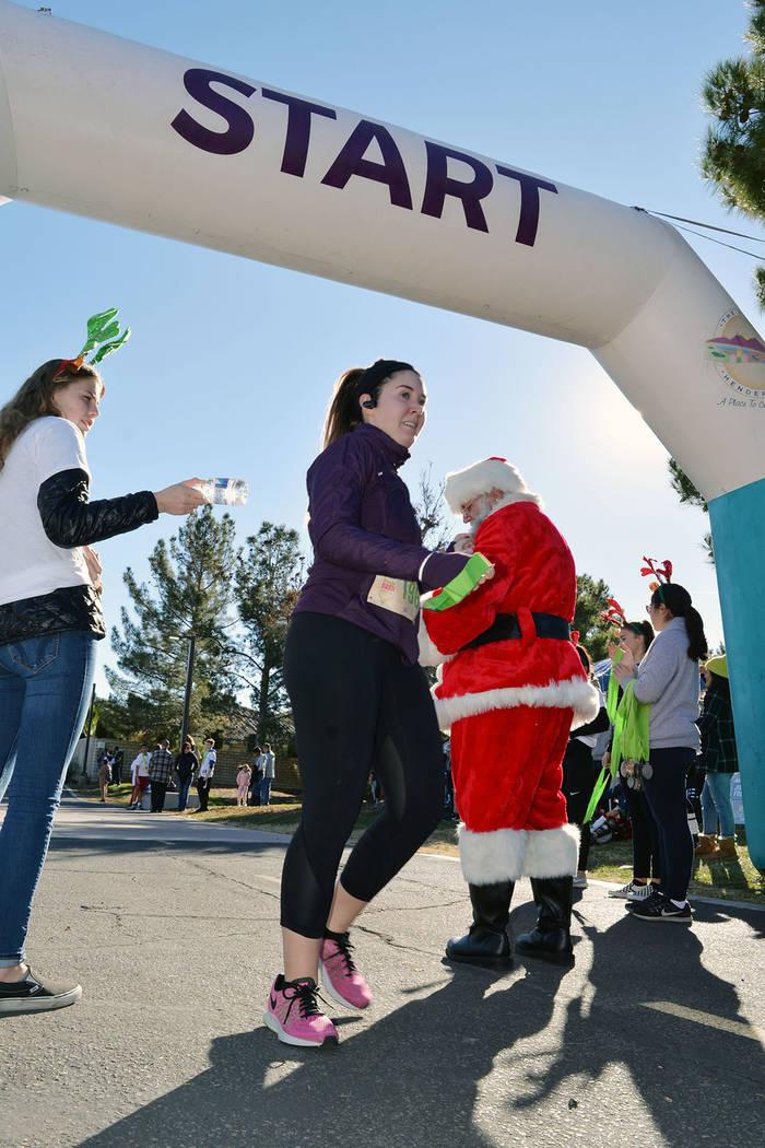 Los primeros participantes registrados recibieron una camiseta conmemorativa Reindeer Dash. El sábado 15 de diciembre, en Pecos Legacy Park. Foto Frank Alejandre / El Tiempo.