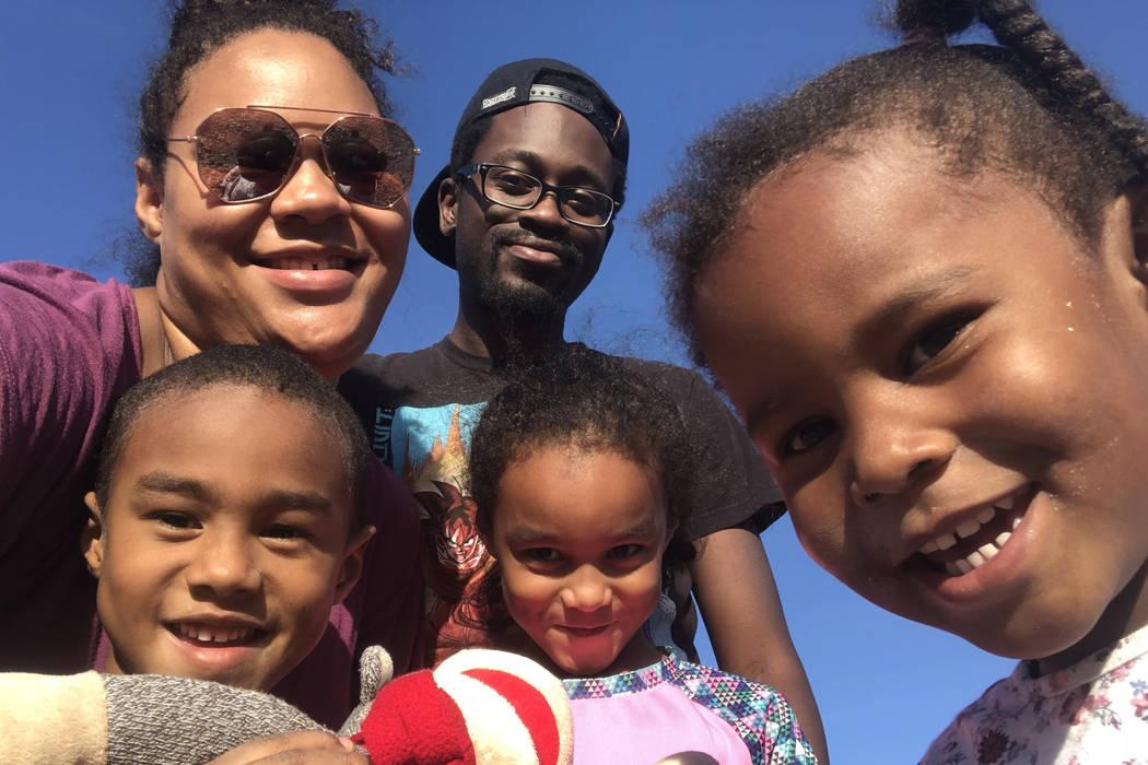 Emily Allen posa con su novio e hijos, Andrea Harris, 3, Adesina Neal, 6 y William Neal, 5. Mientras que los niños Neal han estado en Medicaid desde su nacimiento, el menor de Allen, Harris, no p ...
