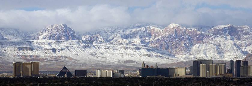 El Strip de Las Vegas se ve con las montañas cubiertas de nieve en Spring Mountains el 16 de diciembre de 2008. (Las Vegas Review-Journal)