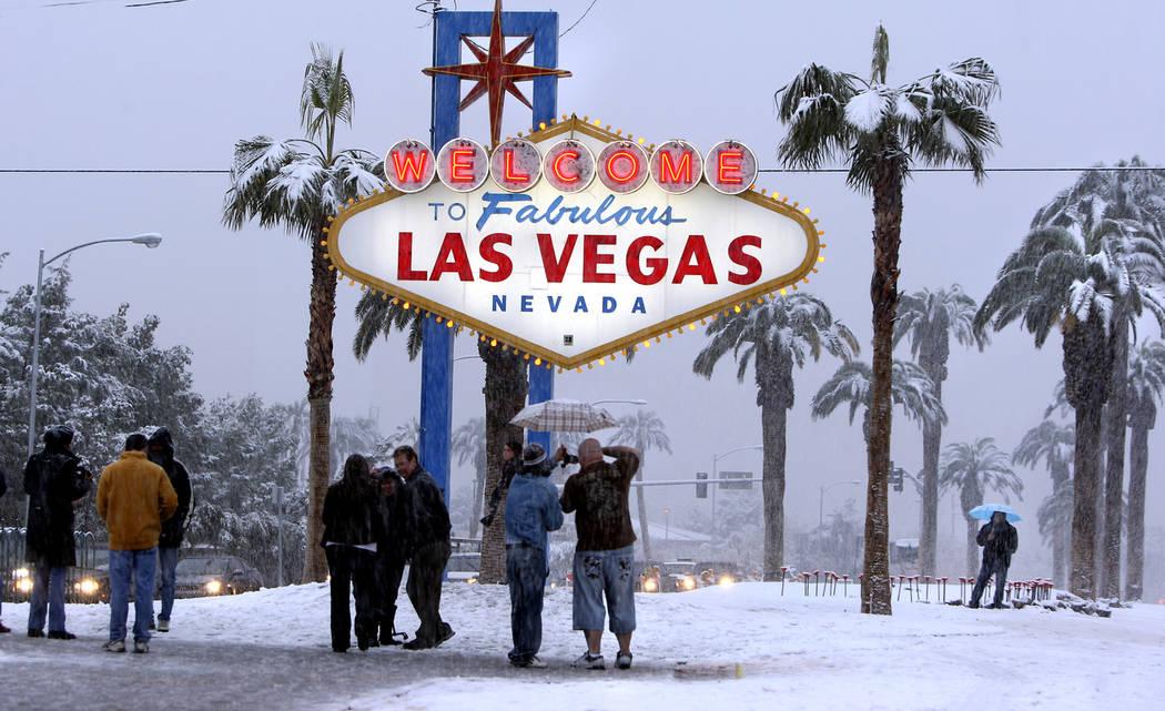 La gente visita el letrero de bienvenida en el Strip de Las Vegas para tomar fotos mientras caía nieve en Las Vegas, el 17 de diciembre de 2008. (Las Vegas Review-Journal)