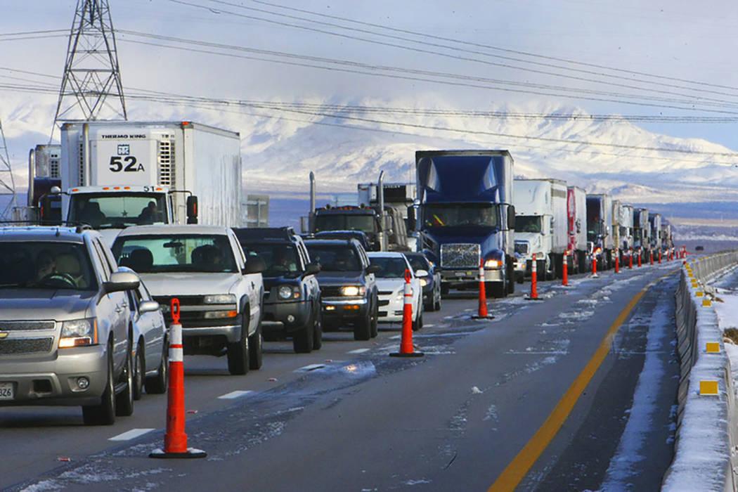 Una línea de semirremolques y otros vehículos están estacionados en la carretera interestatal 15 en Primm el 18 de diciembre de 2008, después de que la carretera interestatal se cerrara debido ...