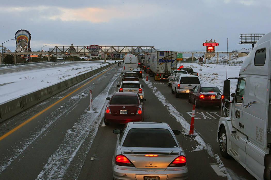 Los vehículos se alinean hacia el sur por la carretera interestatal 15 en Primm después de que la autopista se cerrara el 18 de diciembre de 2008, debido a una tormenta de nieve que se extendió ...