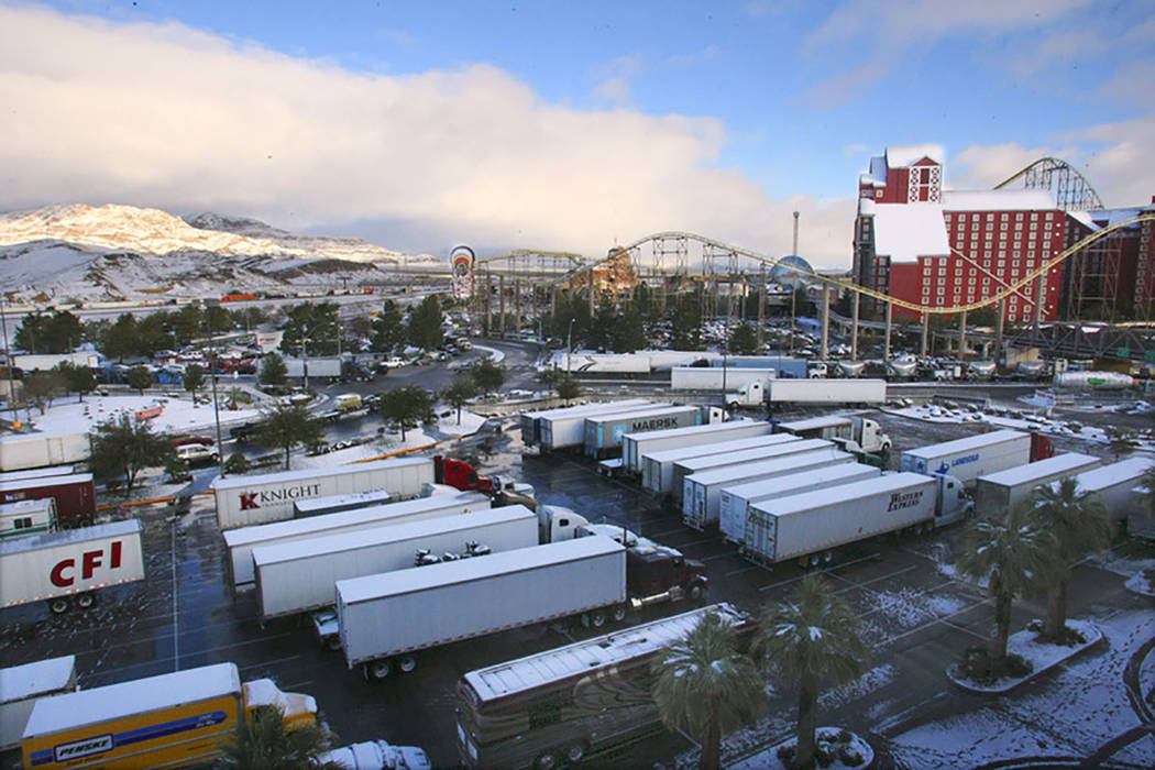 Cientos de camioneros se refugiaron en los estacionamientos del casino después de que la Interestatal 15 en California se cerrara en Primm el 18 de diciembre de 2008. La autopista se convirtió e ...