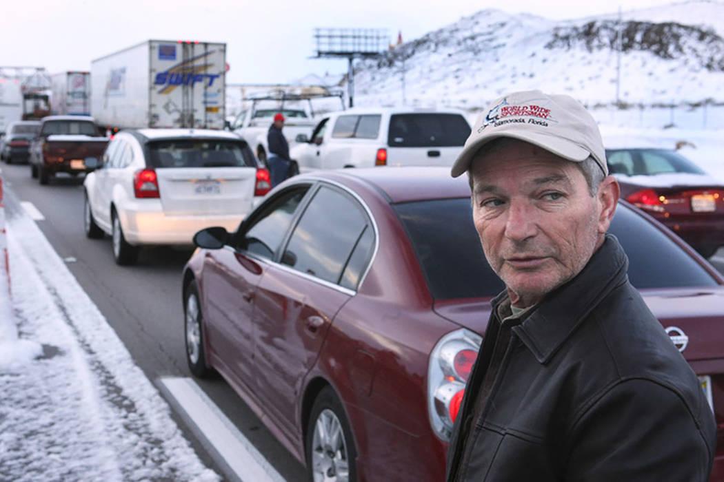 Bob Hazel de Orlando, Florida, espera llegar a su habitación en Buffalo Bill después de que la Interstate 15 en California se cerrara en Primm el 18 de diciembre de 2008. La autopista se convirt ...