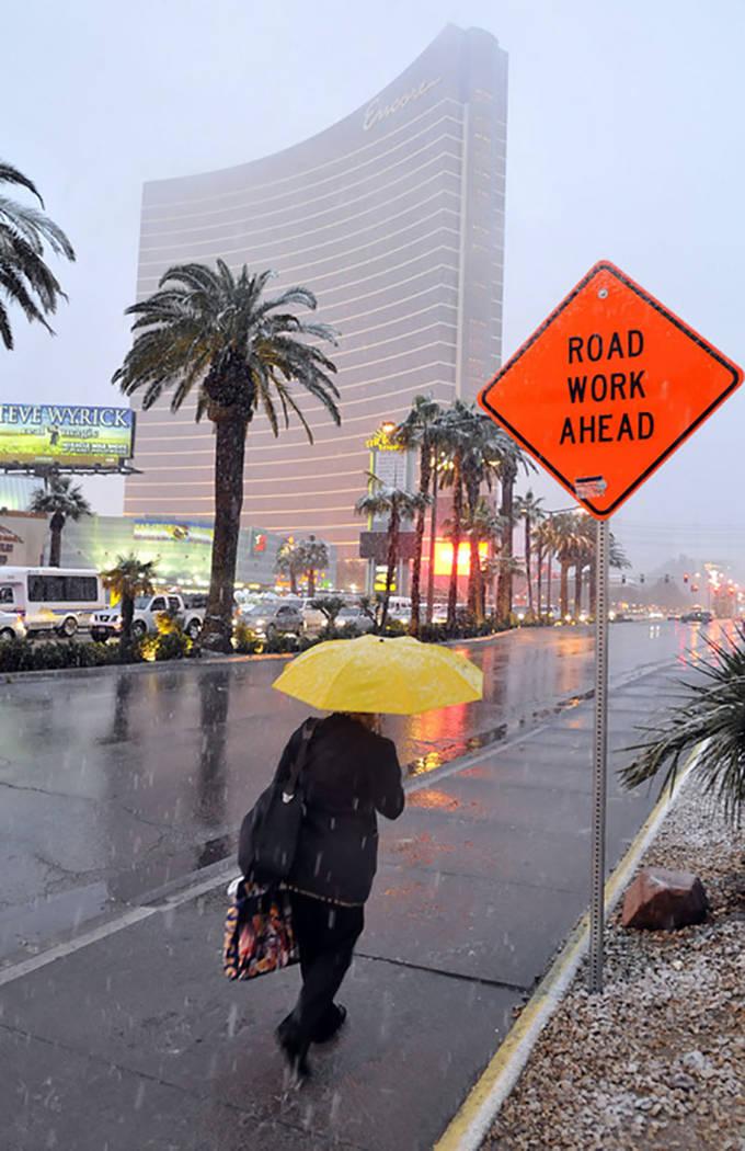 Una mujer desafía a los elementos mientras camina por el Strip de Las Vegas cerca de Encore el 17 de diciembre de 2008. (Las Vegas Review-Journal)