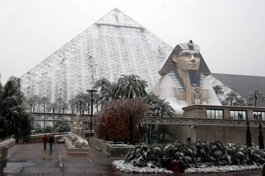 El Luxor está cubierto de nieve en el Strip de Las Vegas el miércoles 17 de diciembre de 2008. (Las Vegas Review-Journal)