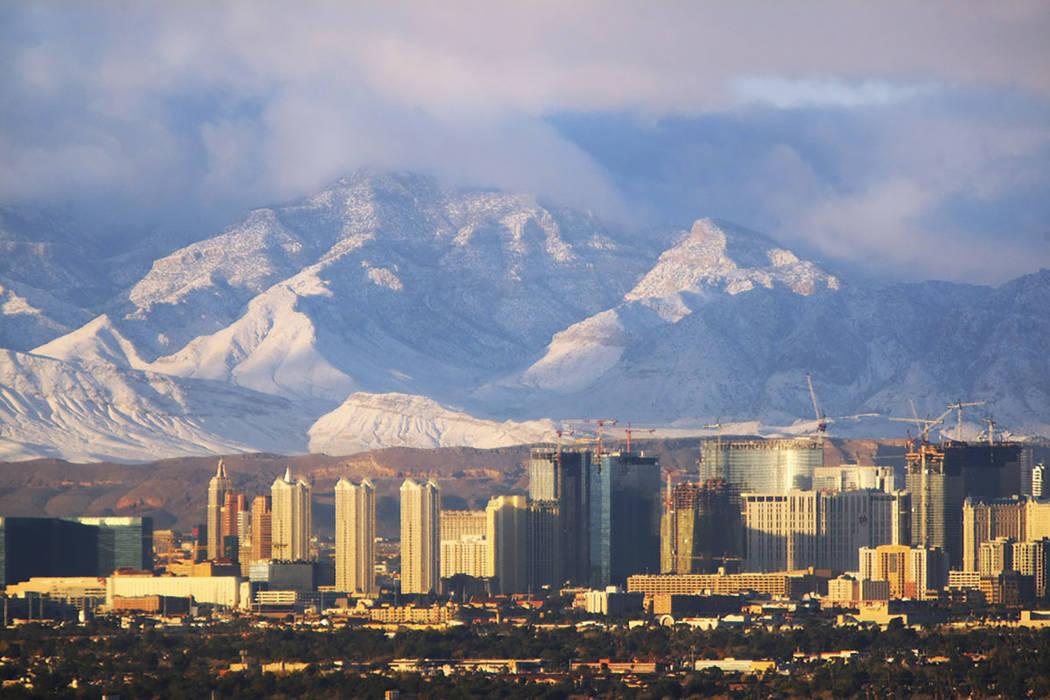 La luz del sol de la mañana le da un brillo al Strip de Las Vegas y a las Montañas Spring cubiertas de nieve el martes 16 de diciembre de 2008. (Las Vegas Review-Journal)