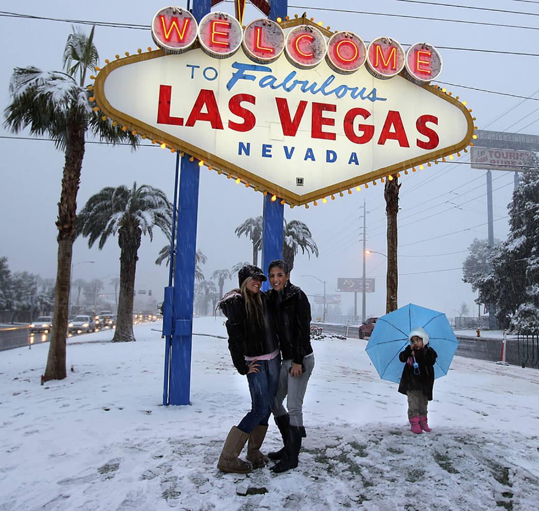 Los visitantes se toman una foto en el letrero de bienvenida durante una tormenta de nieve en el Strip de Las Vegas el 17 de diciembre de 2008. (Las Vegas Review-Journal)