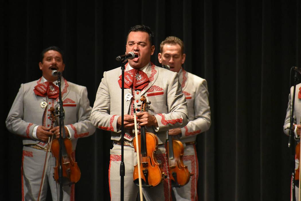 El Mariachi Sol de México ofreció un concierto navideño ante cientos de sus seguidores de Las Vegas. Viernes 14 de diciembre de 2018 en Historic Fifth Street School. Foto Anthony Avellaneda / E ...
