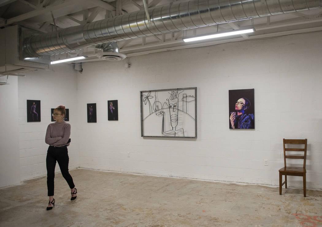 Summer Bontrager camina a través de una exhibición en Core Contemporary Gallery en Las Vegas, el jueves 6 de diciembre de 2018. Caroline Brehman / Las Vegas Review-Journal
