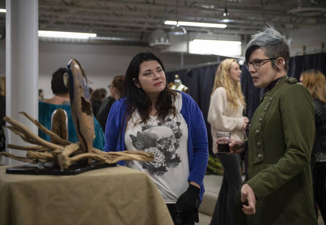 """Lisa Dittrich, izquierda, habla con la artista Renee McHenry sobre su pieza """"EMERGENCE"""" en exhibición en Core Contemporary Gallery en Las Vegas, el jueves 6 de diciembre de 2018. Caroline Brehman ..."""