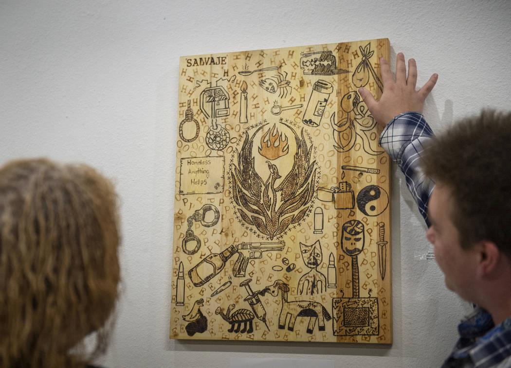 """El artista Elijah Brown habla con su maestra LaToria Kern sobre su pieza """"Salvaje"""" en exhibición en la Core Contemporary Gallery de Las Vegas, el jueves 6 de diciembre de 2018. Caroline Brehman / ..."""