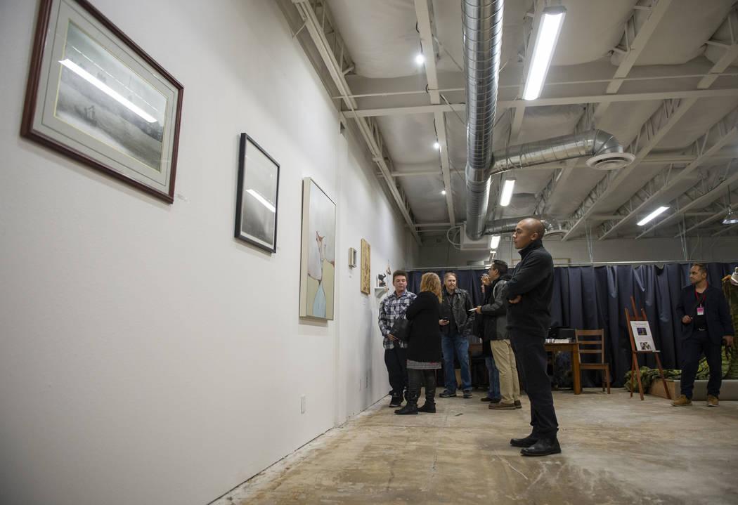 Paul Gonzales observa las obras de arte en una exhibición en Core Contemporary Gallery en Las Vegas, el jueves 6 de diciembre de 2018. Caroline Brehman / Las Vegas Review-Journal
