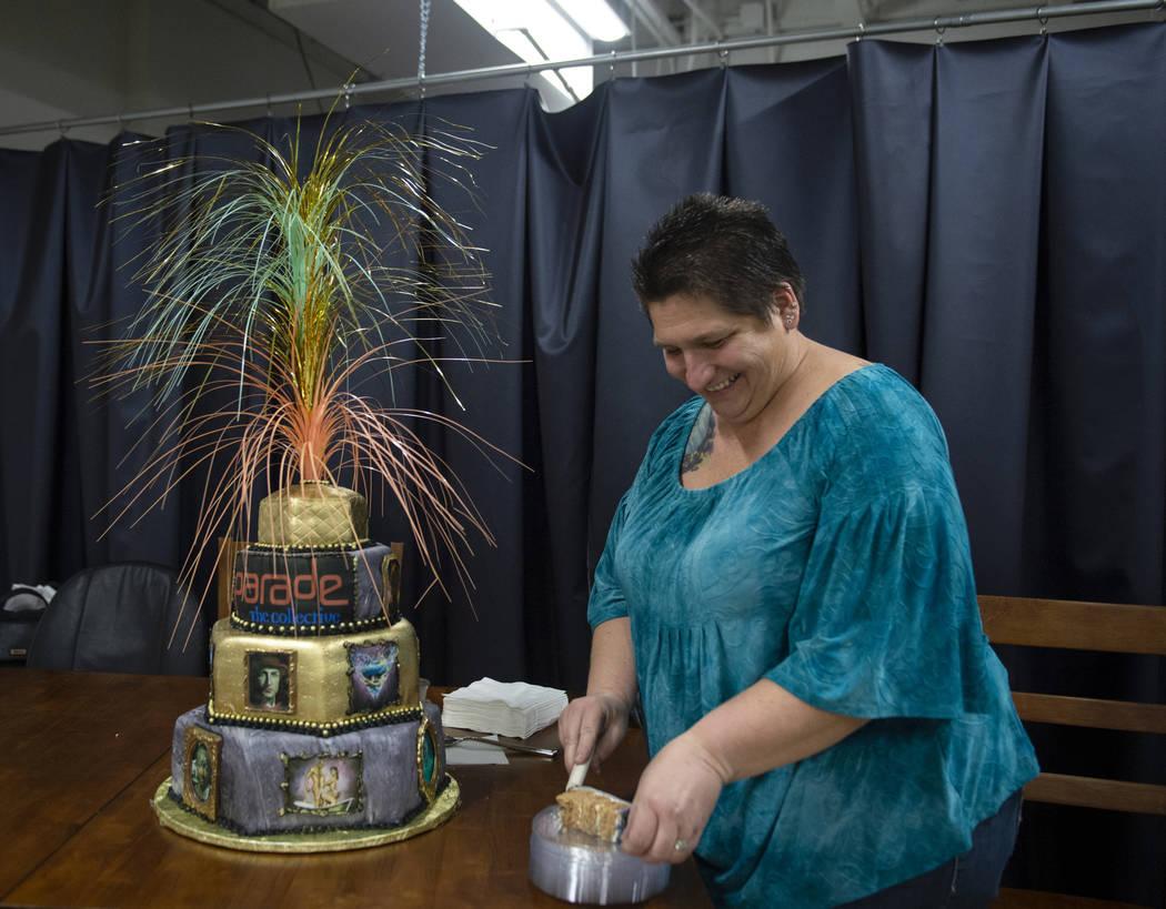 Tara Traynor-Grimes saca un pedazo del pastel que hizo y decoró en Core Contemporary Gallery en Las Vegas, el jueves 6 de diciembre de 2018. Caroline Brehman / Las Vegas Review-Journal